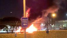 'Fire Ball'の原因の交通の混乱ロサンゼルス空港から後の空の旅客バスが発火及び着火の危険