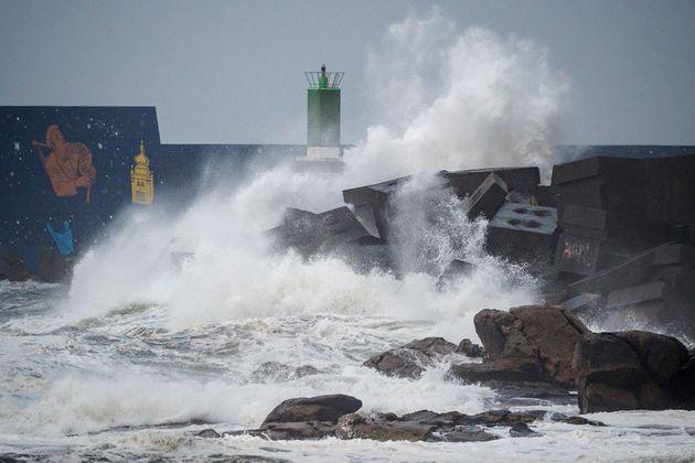 La tempête Fabien frappant le littoral de la Guarda en