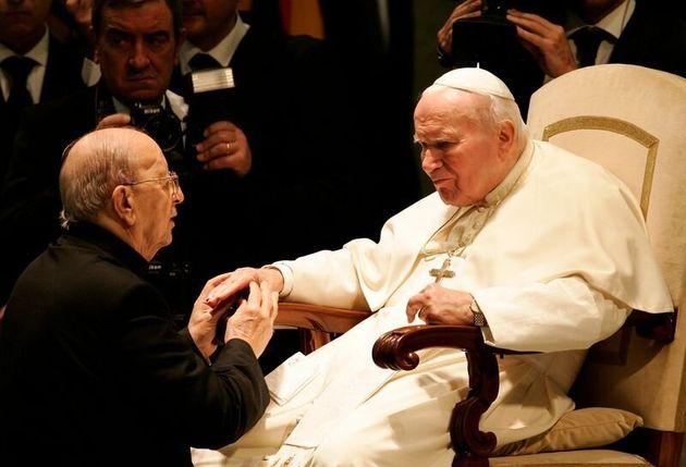 El Papa Juan Pablo II bendice al padre Marcial Maciel, fundador de los Legionarios de Cristo, durante...