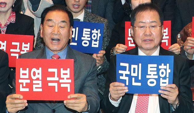 홍준표 전 자유한국당 대표와 이재오 국민통합연대 창립준비위원장이 23일 오전 서울 중구 한국프레스센터에서 열린 '국민통합연대 창립대회'에서 참석자들과 손팻말을 들고 구호를 외치고