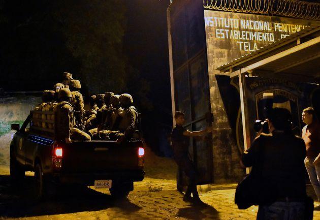Soldados del ejército hondureño llegan al centro penitenciario de Tela en el municipio de Atlantida