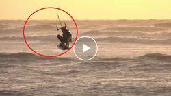 Maltempo e mareggiate fanno volare i surfisti. Le spettacolari acrobazie al tramonto