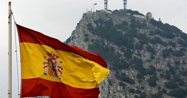 Una bandera española ondea frente al peñón de