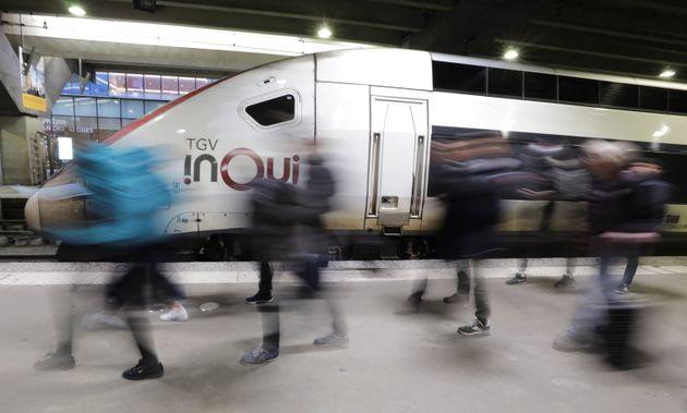 Des passagers de la gare Montparnasse circulent sur les