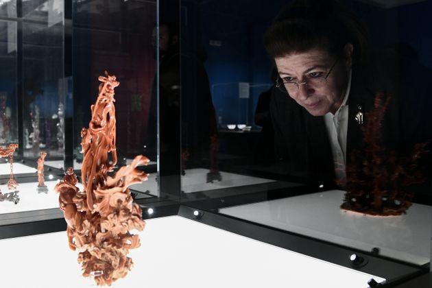 Η υπουργός Πολιτισμού ανακαλύπτει τα μυστήρια της περιοδικής έκθεσης «΄Εργα κινέζικης τέχνης από τη συλλογή...