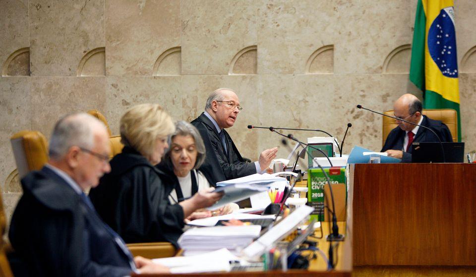 """Para o ministro Celso de Mello (ao fundo, à esquerda) """"atos homofóbicos são..."""