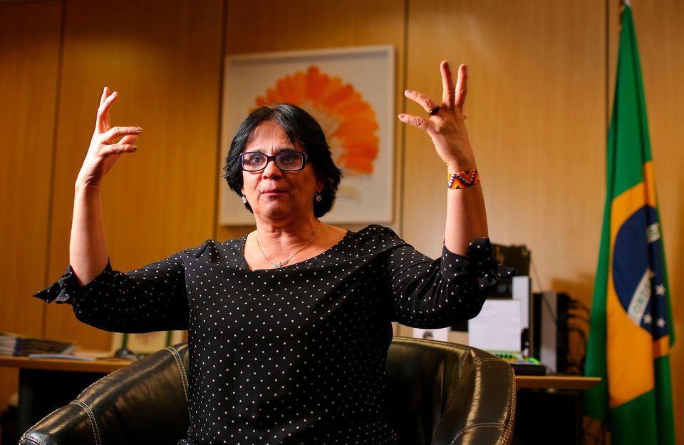 A ministra Damares Alves em seu gabinete, em Brasília