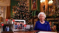 Elisabetta fa gli auguri ai suoi sudditi (e sulla scrivania manca la foto di Harry e