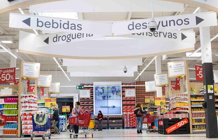 Pasillos del hipermercado Carrefour en el centro comercial El Pinar de Las Rozas.