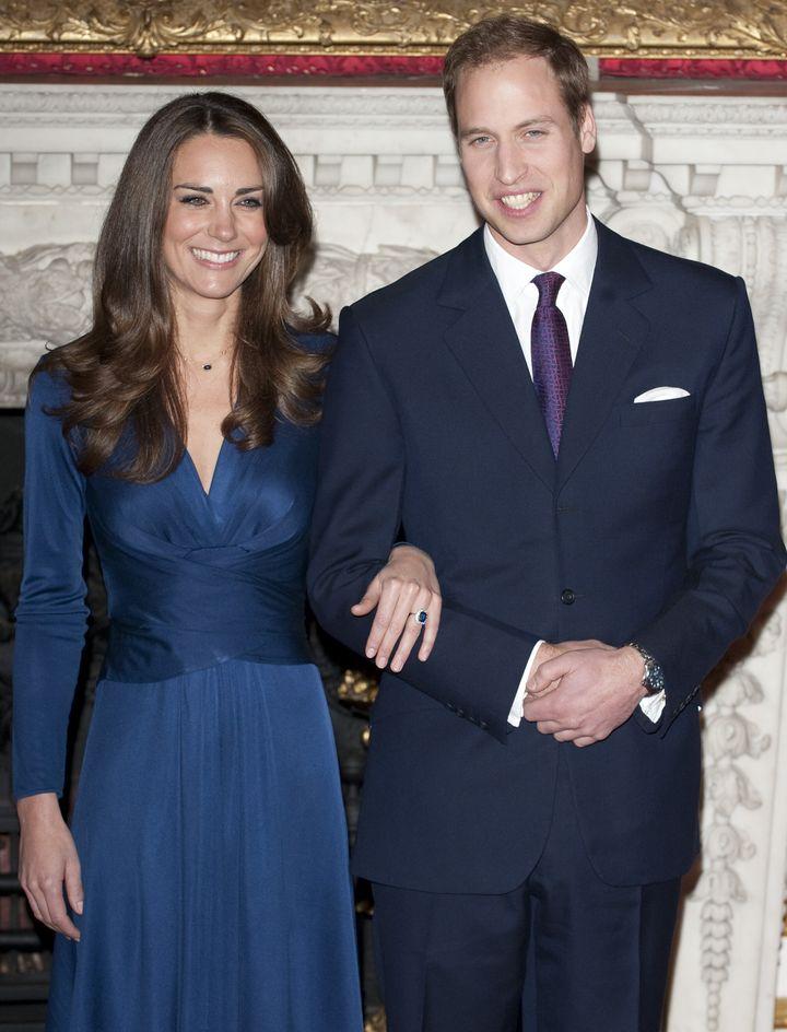 """Príncipe William y Kate Middleton durante una señal fotográfica & nbsp; para marcar su compromiso. """"Width ="""" 720 """"height ="""" 944 """"/> </div> <p> <span aria-hidden="""