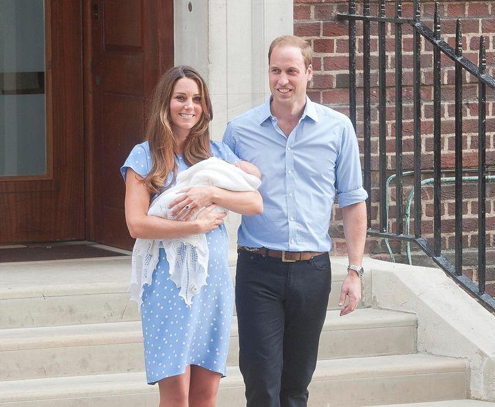 """Kate y William salen de The Cute Wing en St Mary's Hospital con su hijo recién nacido el 22 de julio de 2013. """"satisfecho ="""" 720 """" height = """"592"""" /> </div> <p> <span aria-hidden="""