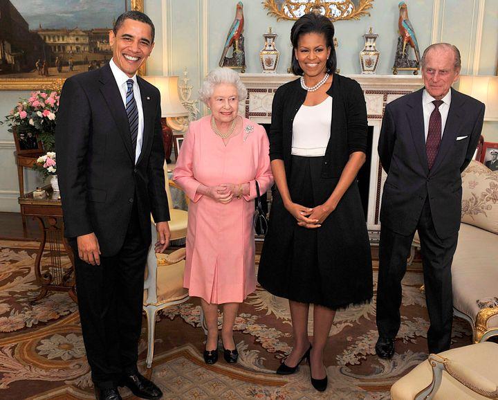 """El presidente Barack Obama y su esposa Michelle posan para una fotografía con la reina Isabel y el príncipe Felipe en el Palacio de Buckingham en abril de 2009. """"width ="""" 720 """"height ="""" 577 """"/> </div> <p> <span aria-hidden="""