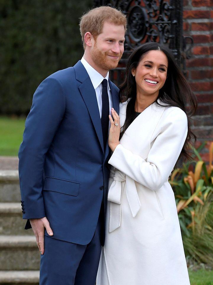 """Harry y Meghan en el Pensil Hundido del Palacio de Kensington luego de anunciar su compromiso el 27 de noviembre de 2017. """"satisfecho ="""" 720 """"height ="""" 964 """"/> </div> <p> <span aria-hidden="""