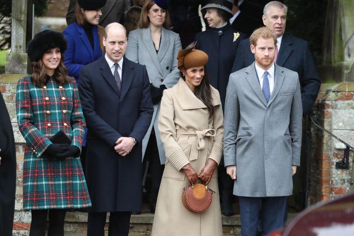 """Miembros de la clan verdadero y Meghan Markle, quien estaba comprometido con el Príncipe Harry en ese momento, asistía a un servicio del día de Navidad en la Iglesia de Santa María Inconsolable en 2017. """"satisfecho ="""" 720 """"cumbre ="""" 479 """"/> </div> <p> <span aria-hidden="""