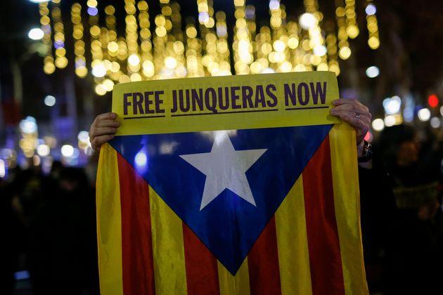Un manifestante pide la libertad de Oriol