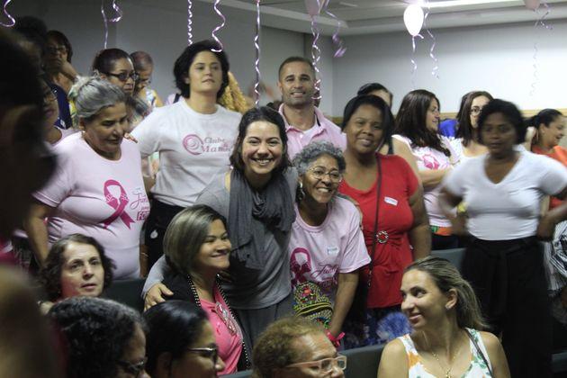 Flávia Lopes (centro) recebe cumprimentos após apresentação de