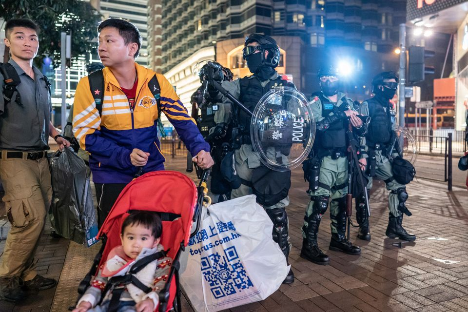 Συγκρούσεις διαδηλωτών - αστυνομίας σε δρόμους και εμπορικά κέντρα στο Χονγκ
