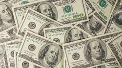 Un aîné distribue de l'argent volé à des passants en criant «Joyeux
