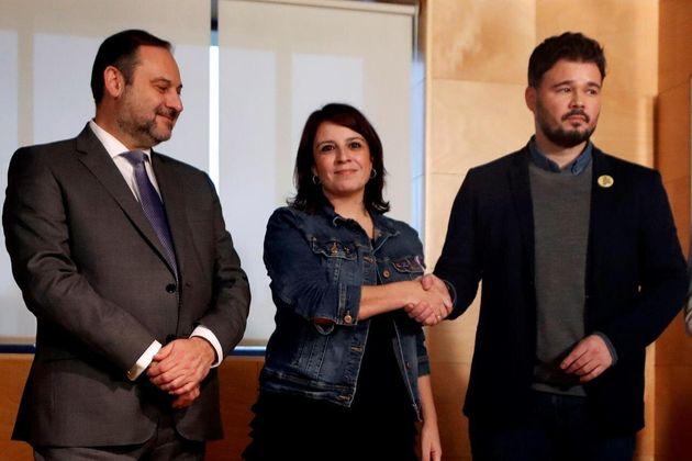 Adriana Lastra, junto a José Luis Ábalos y Gabriel Rufián, en una imagen de