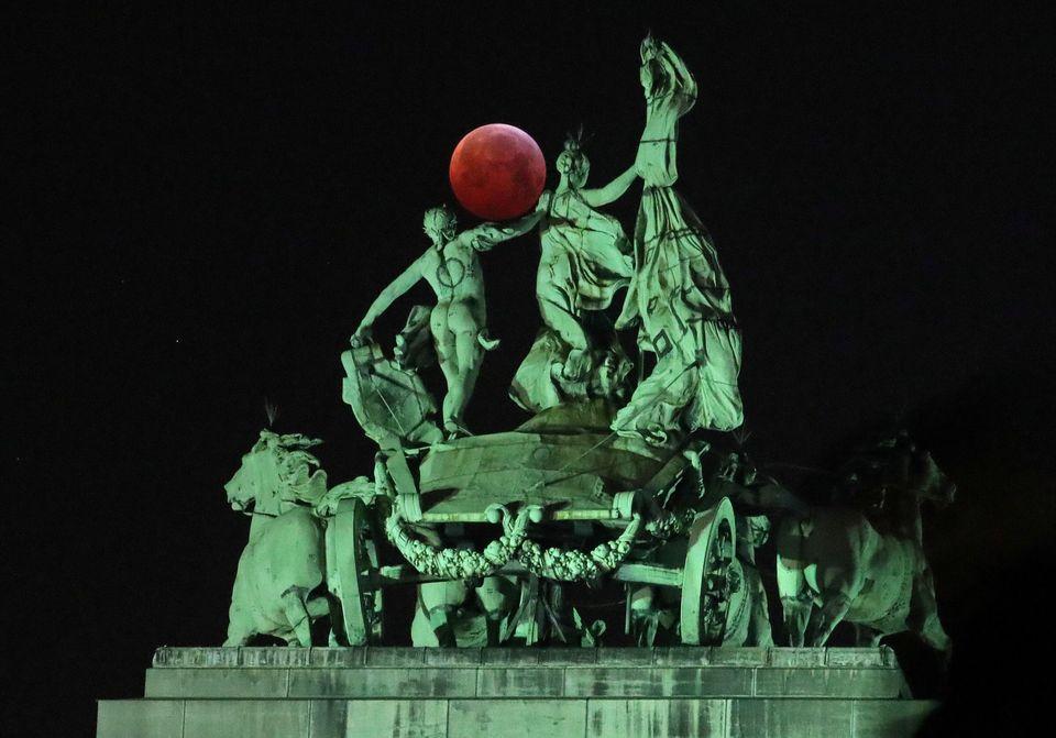 Το φεγγάρι ανάμεσα σε...