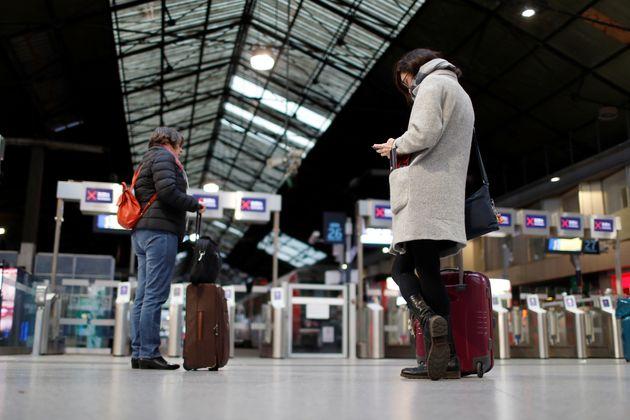 Des usagers de la SNCF à Saint-Lazare le 21 décembre