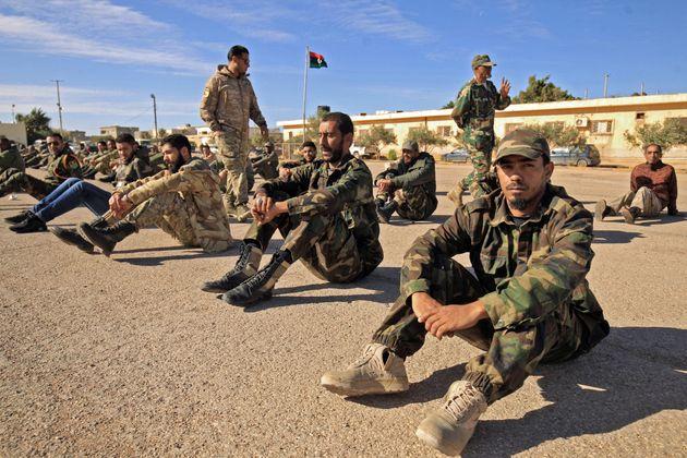 Des soldats loyaux au Général Haftar assemblés pour la réunion matinale dans...