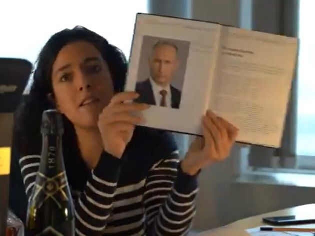 Contre les lobbies, Manon Aubry montre sa bouteille de champagne envoyée par