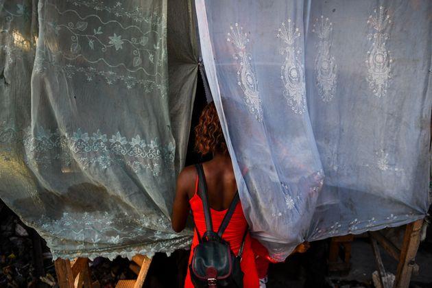 Imagen de archivo de una mujer en un mercado de
