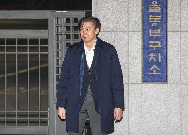 '감찰 무마' 의혹을 받고 있는 조국 전 법무부 장관이 27일 오전 구속영장이 기각된 후 서울 송파구 동부구치소를 나서고 있다.