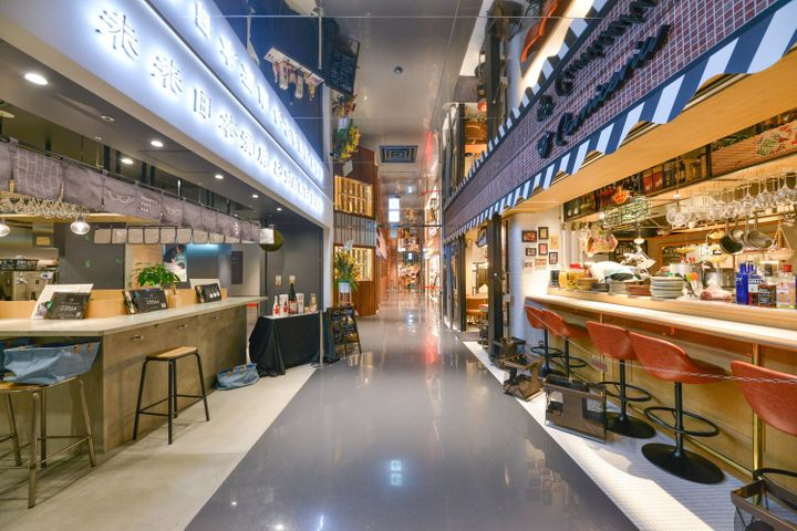 地下1階の「カオスキッチン」では、個性あふれる飲食店や物販店が立ち並ぶ。女装家たちと個性的なキャラが揃う「Campy!bar」やジビエと昆虫料理の「米とサーカス」、ディスク ユニオンが運営するレコード店「ユニオンレコード」など…。