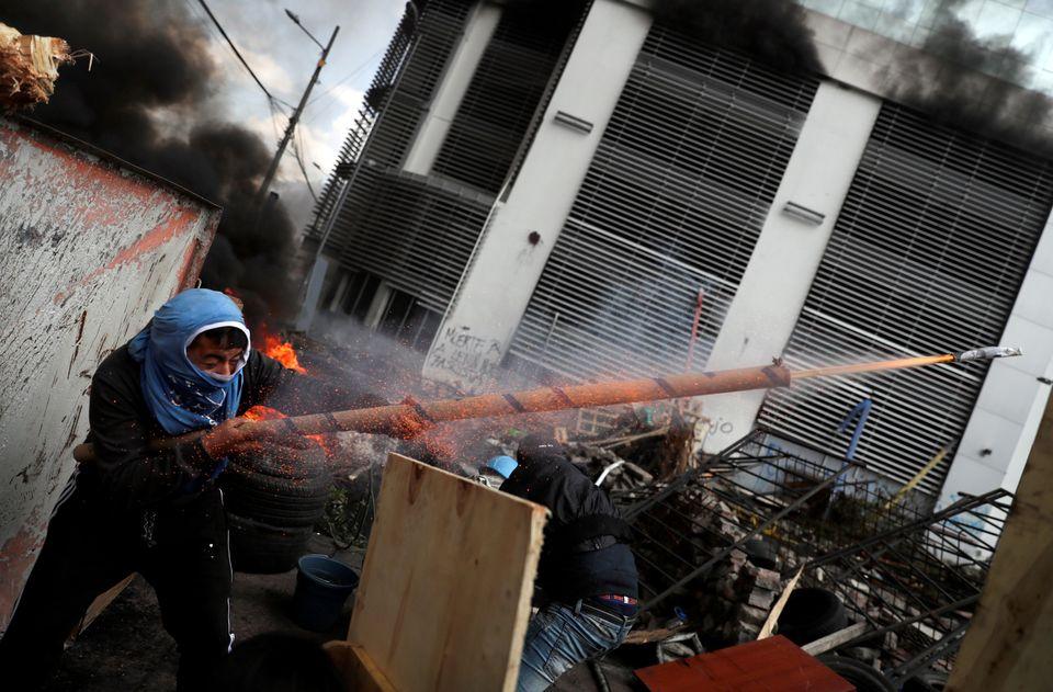 Ένας διαδηλωτής πυροβολεί...