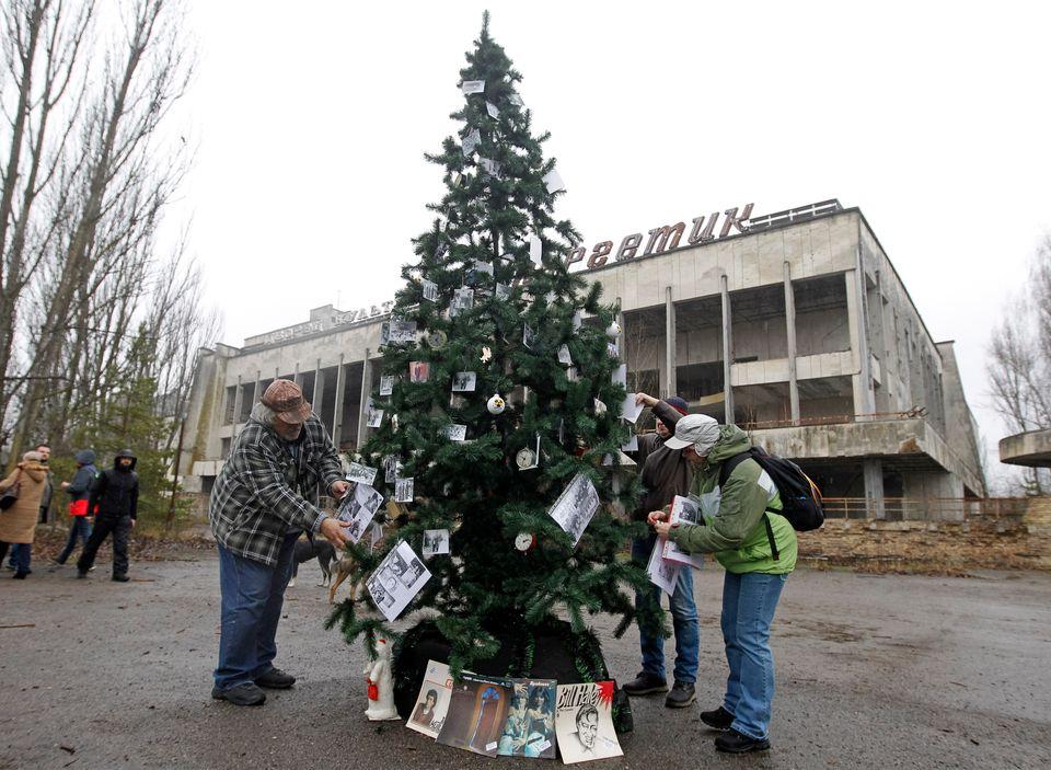 Πρώην κάτοικοι του Τσερνόμπιλ στόλισαν χριστουγεννιάτικο δέντρο στην πόλη φάντασμα με φωτογραφίες συγγενών