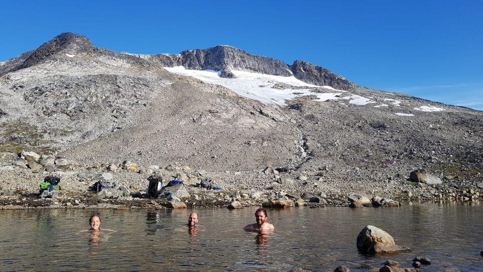 Πολικό μπάνιο στη λίμνη, κατά τη διάρκεια του θερμότερου καλοκαιριού στην ιστορία της Γροιλανδίας.