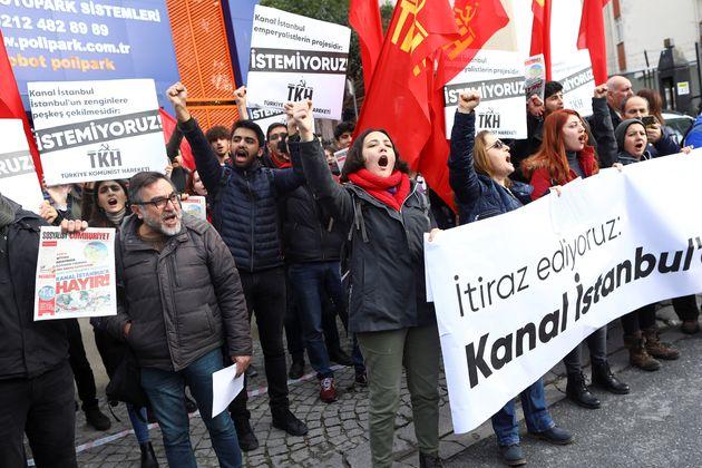 Διαδηλωτές με πλακάτ...