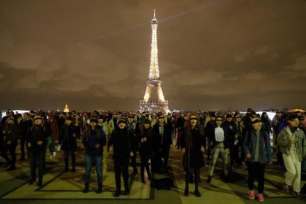 Des manifestantes réalisent un flash mob les yeux bandés pour protester contre les féminicides...
