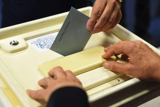 Image d'illustration - Un bulletin de vote glissé dans une urne,