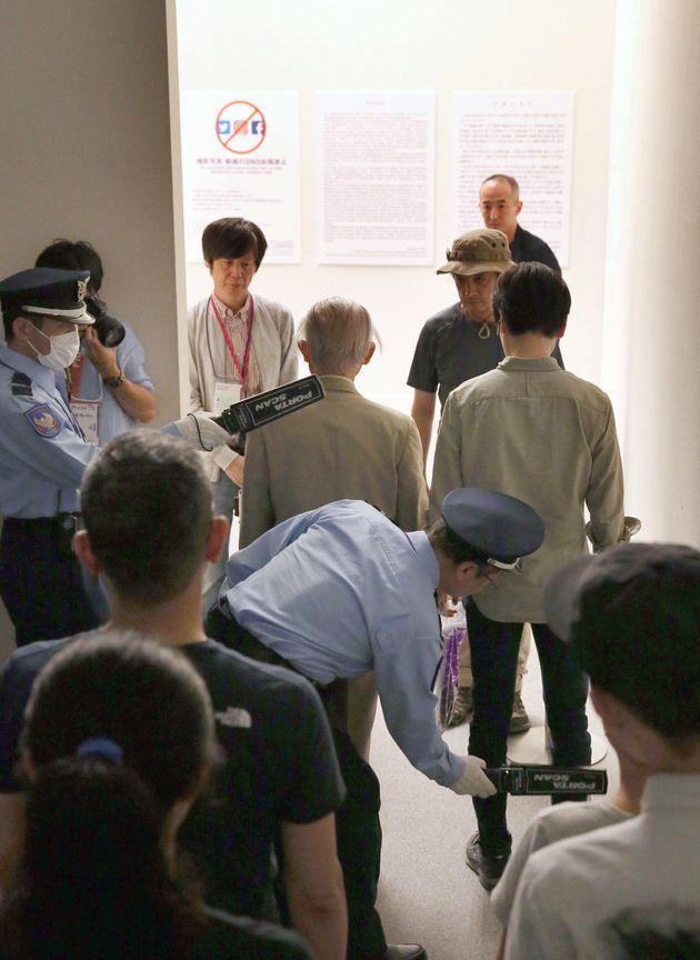「表現の不自由展・その後」は、10月8日に抽選式で展示が再開された。入場を前に金属探知機でチェックを受ける来場者。