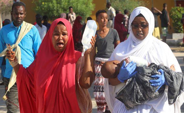 Il dolore di due donne dopo la bomba esplosa a