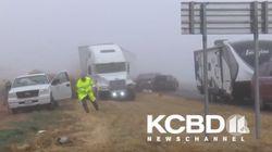 Un equipo de televisión evita por los pelos ser arrollado por este camión sin