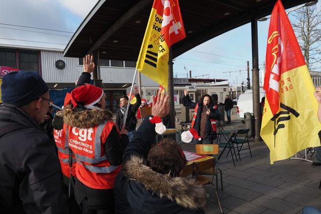 Des cheminots en grève aux Aubrais le 23 décembre (photo