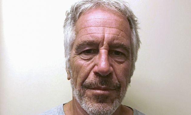 Jeffrey Epstein, ici en mars 2017 lors d'une arrestation, fait l'objet d'une nouvelle