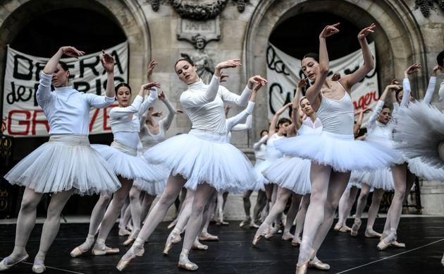 Des danseuses de l'Opéra de Paris en représentation devant l'Opéra Garnier pendant...