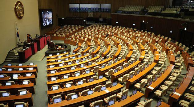 28일 오후 서울 여의도 국회 본회의장에서 '고위공직자범죄수사처(공수처) 법안'에 대한 무제한 토론(필리버스터)이 계속되고