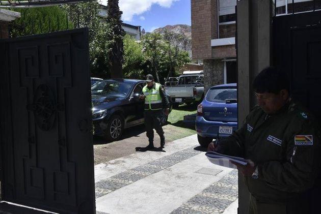 Fotografía que muestra a miembros de la Policía Boliviana en el acceso de la Embajada de México, el pasado...