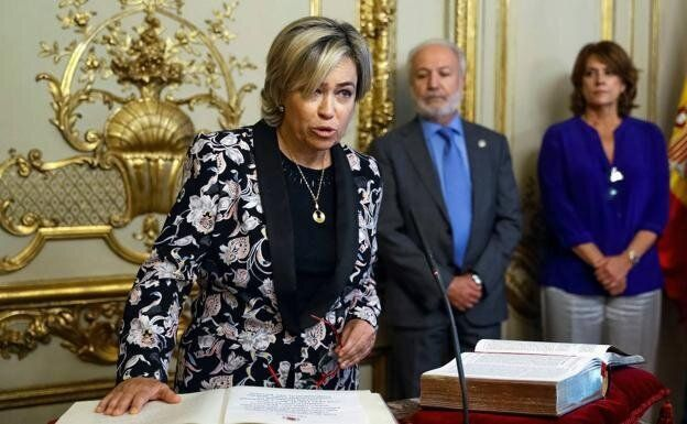 La abogada general del Estado, Consuelo Castro, promete su cargo. Al fondo, la ministra de