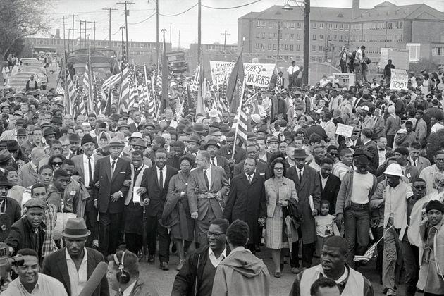Martin Luther King au centre, lors d'une marche de protestation de Selma à Montgomery, avec John...