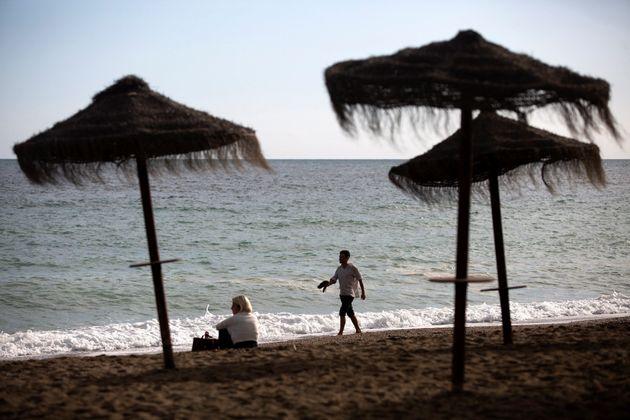 Varias personas disfrutan de las altas temperaturas y el buen tiempo en la playa de La Malagueta en