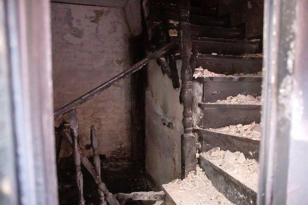Vista del interior de la vivienda donde se registró un incendio en la madrugada de este domingo en la...