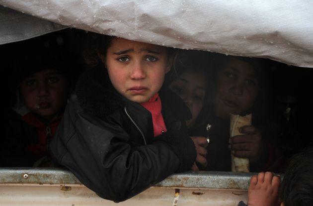 Unos niños sirios, retratados cerca de la villa de Harbnoush, tras escapar del asedio del Gobierno...
