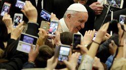 El papa Francisco riñe a los niños que usan el móvil mientras comen con la
